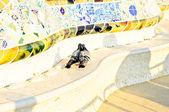 Baiser de deux pigeons, assis sur la rive en parc en parc güell, barcelone, espagne — Photo