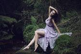 Leuke vrouw in natuur landschap — Stockfoto