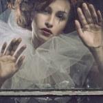 femme de pierrot triste derrière la vitre — Photo