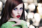 Portret piękna brunetka z czerwonymi ustami — Zdjęcie stockowe
