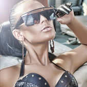 Portrait of fashionable lady wearing sunglasses — Stock Photo