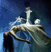 Goochelaar voert magie met schoonheid meisjes in lucht — Stockfoto