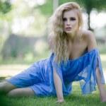 Beauty blonde dame in tuin — Stockfoto #9944283