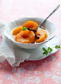糖浆中的桃子 — 图库照片