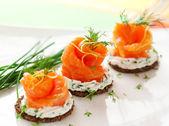 Canapés com salmão defumado — Foto Stock