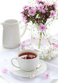 Cup of tea and flowers — Stock Photo
