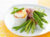 Kuşkonmaz, yumurta ve jambon — Stok fotoğraf