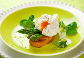 Poached egg and green asparagus — Stock Photo