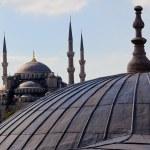купол Святой Софии с Голубой мечети в фоновом режиме — Стоковое фото
