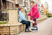 A girl with a boy walking in the park. The friendship and recreation. — Stock Photo