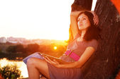 The girl with the magazine wants to sit at sunset. — Stock Photo