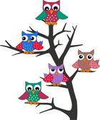 A group of owls in a tree — Stock Vector