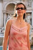 Mujer joven hermosa de la manera en roma italia — Foto de Stock