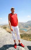Relaks człowieka w pobliżu jeziora w sierra nevada, hiszpania — Zdjęcie stockowe
