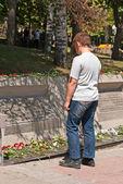 青少年读取大规模坟墓上的铭文 — 图库照片