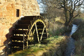 Old mill wheel and stream at Preston Mill, East Linton — Stock Photo