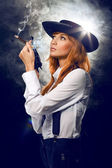 Beautiful girl in hat, with a revolver — Stock Photo