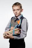 小さな男の子メートル テープで本を測定します。 — ストック写真