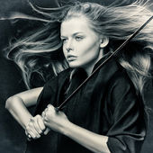Zbliżenie z piękną dziewczyną z mieczem. — Zdjęcie stockowe