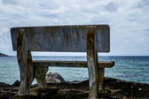 одинокая скамья — Стоковое фото