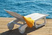 Deniz kenarında şezlong — Stok fotoğraf