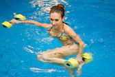 Vrouw in water met halters — Stockfoto