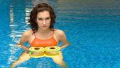 Mujer en agua con dumbbels — Foto de Stock