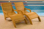 пустых мест для отдыха рядом с бассейном — Стоковое фото