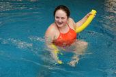Aqua 面条与水中的女人 — 图库照片