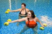 Twee vrouw opleiding in water — Stockfoto