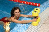 La ragazza è impegnata aerobica con manubri — Foto Stock