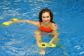Dumbbels と水の女性 — ストック写真
