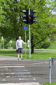 Man waiting for the green light to cross the pedestrian crossing — Stock Photo