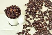 Chicchi di caffè nella tazza — Stok fotoğraf