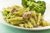 Ton balığı ve brokoli ile makarna rigatoni — Stok fotoğraf