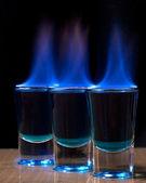 Ardiente trago en vaso en una mesa — Foto de Stock