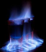 Trinken in shot-glas auf dem tisch brennen — Stockfoto
