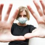 女人戴医用口罩 — 图库照片