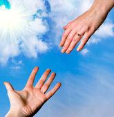 两只手在前面的天空 — 图库照片