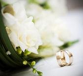 Bröllop bukett och ringar — Stockfoto