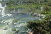 Turisté navštíví iguassu falls v Brazílii — Stock fotografie