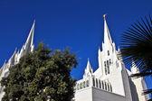 Kirche des Heiligen Leiter Tage mit Bäumen — Stockfoto