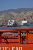Rädda skeppet och lastfartyg på port — Stockfoto