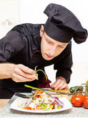 Chef decorating delicious salad plate — Foto Stock