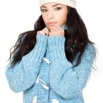 retrato de uma mulher jovem de cabelo preto com uma camisola de lã azul — Foto Stock