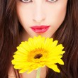 Woman and yellow daisy — Stock Photo