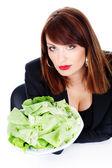 Vrouw biedt groene salade — Stockfoto