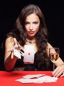 Femme, jeux d'argent sur la table rouge — Photo