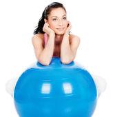 Kobieta, opierając się na dużą piłkę — Zdjęcie stockowe