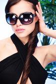 Kvinna med stora solglasögon — Stockfoto